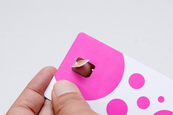 ナノSIMカードの部分を切り離します