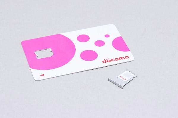 切り離したSIMカードをトレイにセット。切り欠きのイチを確認しながら、端子面が下になるように置いてください