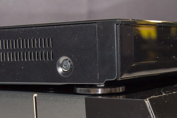 3モデルともデザインが似ているのですが、DMR-BRX6000だけ足が付いています