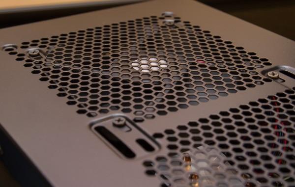 PCケースの天面にも空冷ファンが取り付けられています