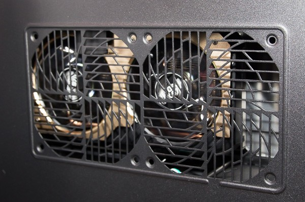 側面の排気口から、GTX 970のファンが見えます