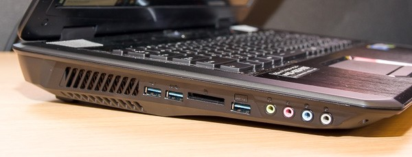 右側面にはUSB3.0×3、SD/SDHC/SDXC対応メモリーカードスロット、オーディオ端子類が用意されています