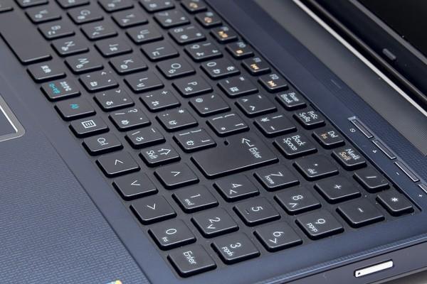 キーストロークは約2mmで、ノートパソコンとしては十分な深さ。軽い底打ち感がありますが、気になるレベルではありません