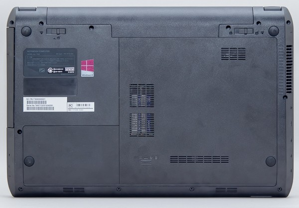 m-Book Tの底面部。バッテリーを取り外せるほか、カバーを外すことでメモリーやストレージを交換できます