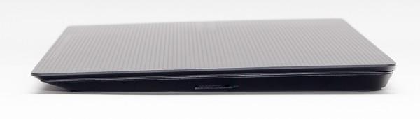 左側面にはSD/SDHC/SDXC対応メモリーカードスロットが用意されています