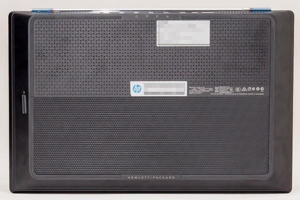 HP OMEN 15-5100の底面部分。冷却用の旧排気口がいくつか用意されていますが、カバーのデザインを工夫することで目立たないようになっています