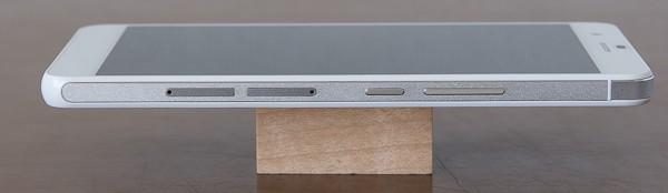 右側面にはダブルSIMスロットと電源ボタン、音量調節ボタンの構成