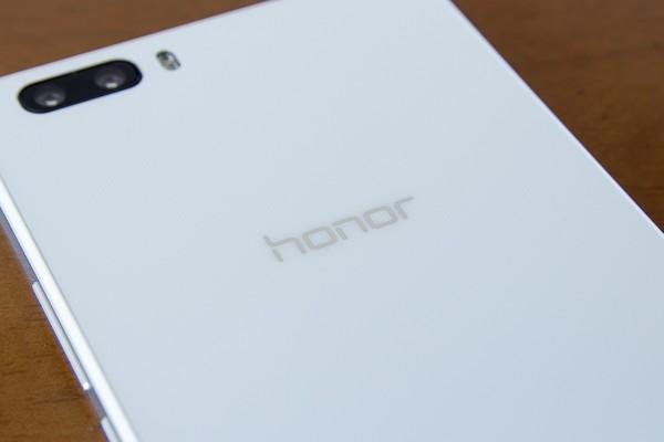 光沢仕上げでありながら、影の効果で落ち着きのある雰囲気。背面は「honor」のブランドロゴだけで、社名ロゴはありません