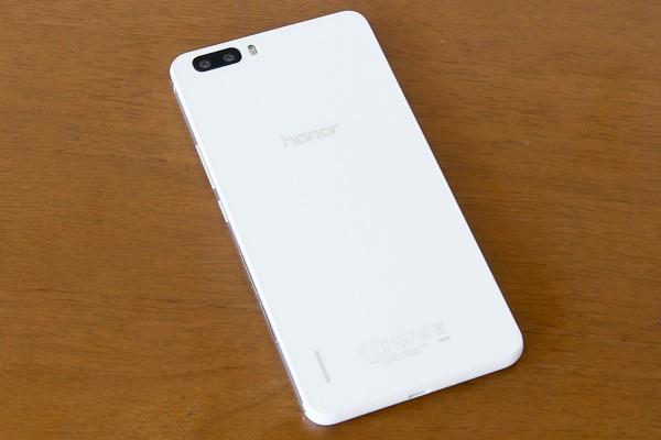 honor6 Plusのホワイトモデル。やわらかで洗練された印象を受けます