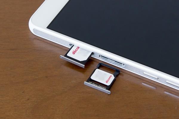 SIMカードスロットのうち片方はマイクロSIMカード用で、もう片方はナノSIMカード用です