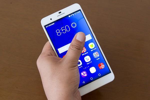 ただし液晶ディスプレイがやや大きめなので、片手では指が画面の端に届かないこともあります