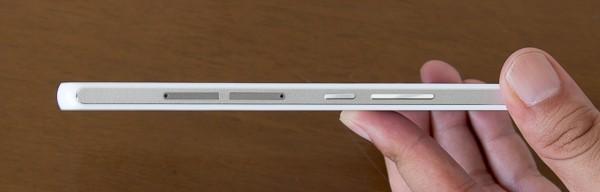 厚さは7.5mm。比較的スリムな印象を受けます