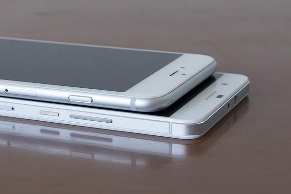 ホームボタンがあるぶん、iPhone 6 Plusのほうが大きめです