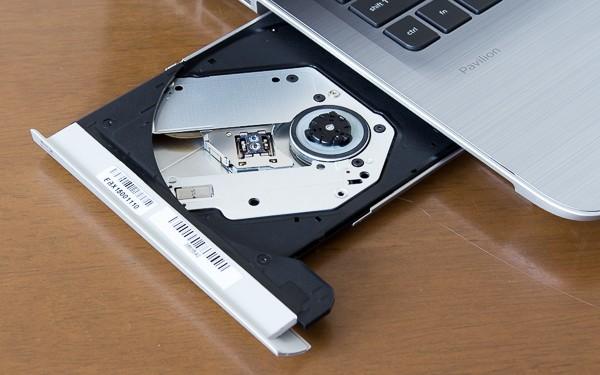 標準で書き込み/読み込みが可能なブルーレイディスクドライブを搭載。最大容量は50GBです