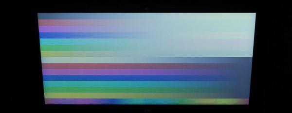 液晶ディスプレイを上から見ると色が白くボヤけてしまいますが、この角度から見るとことはあまりないでしょう