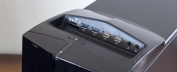 さらに本体上面部にUSB3.0端子×2、USB2.0端子×2、メモリーカードスロット、ヘッドホン/マイク端子が用意されています
