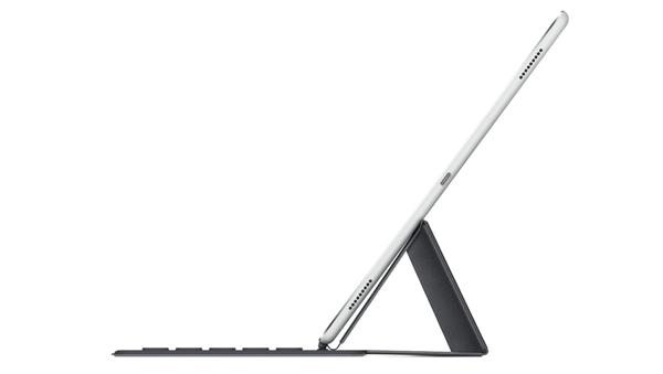 Smart Keyboardを横から見た様子。キー入力用に使えるのは、実質的にこの角度だけ?