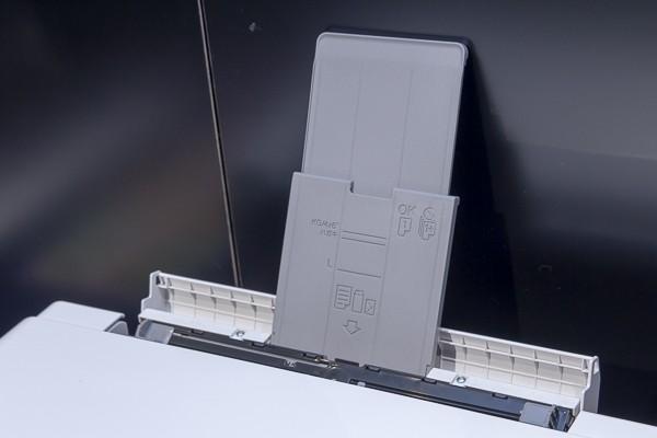 背面の手差しトレイからA3用紙を1枚ずつ印刷できます