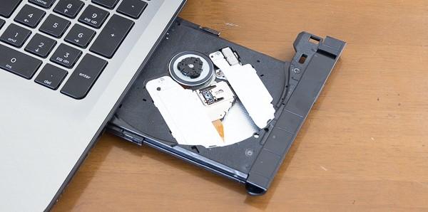 光学ドライブには、DVDの書き込み/読み込みが可能なDVDスーパーあmルチドライブを採用しています