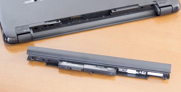 底面部のスイッチを操作することで、バッテリーを取り外せます