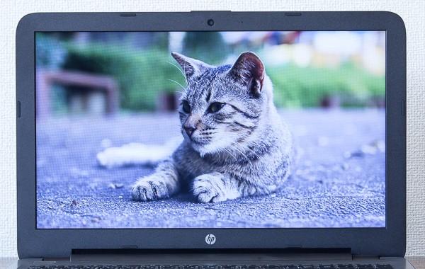 液晶ディスプレイのサイズは15.6型で、解像度は1366×768ドット。ノートパソコンとしては標準的です