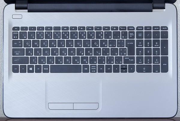 キーボードはテンキー付きの105キー構成で、キーピッチは約18.7mmです
