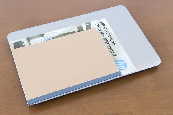 A4サイズのパンフレットと、B5サイズのノートとの大きさの違い