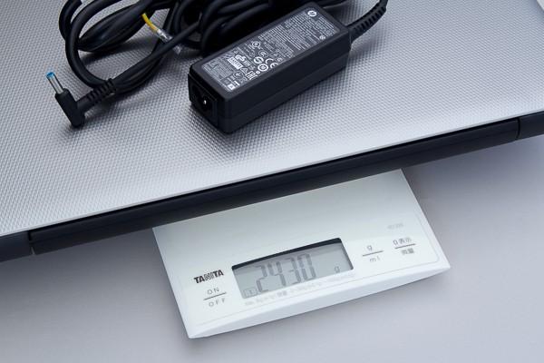 アダプターを加えた時の重さは、実測で2.43kgです