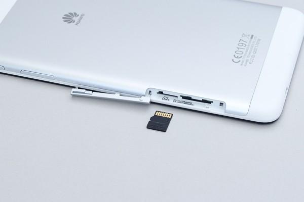 microSD/SDHCカード(32GB)を利用できます