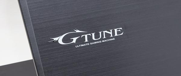 天板にはヘアライン加工が施されており、マウスコンピューターのゲームPCブランド「G-Tune」のロゴも配置されています