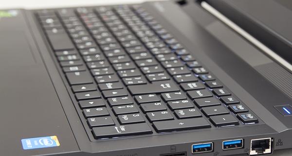 キーストロークは、15.6型ノートパソコンとしては深めの約2mmです