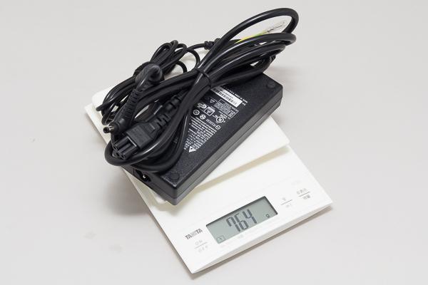 ACアダプターは単体で764g。本体との合計は3.39kgになります