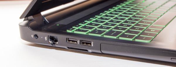 見ご側面には電源コネクター、有線LAN、USB×2、光学ドライブ