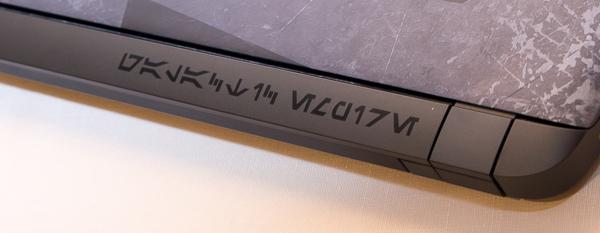 """ストーム・トルーパーが描かれた部分やヒンジ部分には、銀河標準語の""""オーラベッシュ""""で「銀河帝国」と書かれています"""