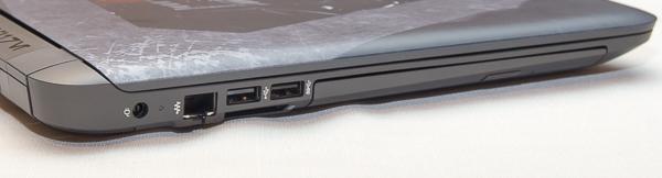 厚さは15.6型ノートパソコンとしては標準的