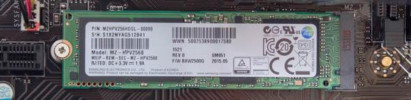 M.2(PCI Express)接続の256GB SSD。サムスン製「Samsung SM951」のAHCI版が使われています
