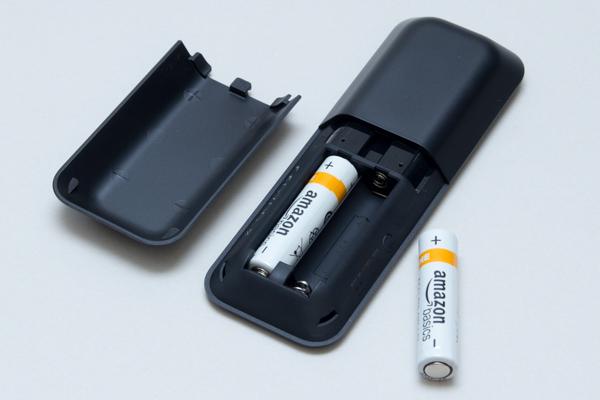 背面カバーを外して、単4電池2本をセットします