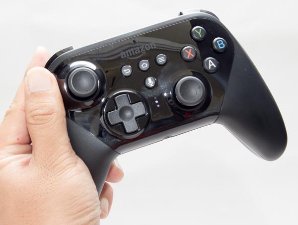 サイズはちょっと大きめですが、ゲーム用コントローラーとしては標準的です