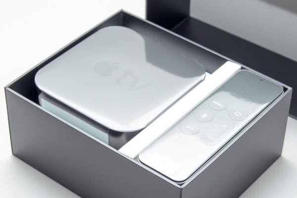 箱を開けた状態。Apple TVとリモコンがビニールで保護されています