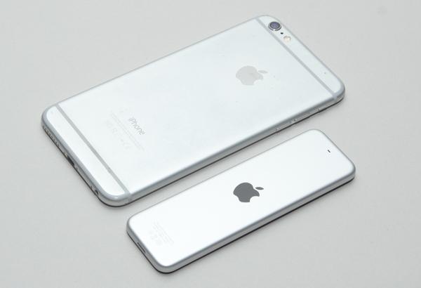 iPhone 6 Plusとの比較。色も質感も似ています(iPhone 6Plusはかなり汚れていますが)