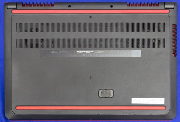 底面部にはたくさんのフィンが付いた排気口を配置。内部に冷却用のファンがあることがわかります
