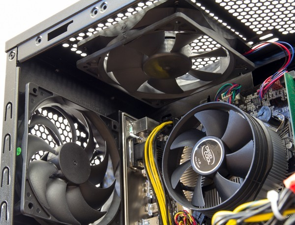 CPUの側面にあるトップケースファン後部とリアケースファン。それぞれ12cmの静音ファンが使われています