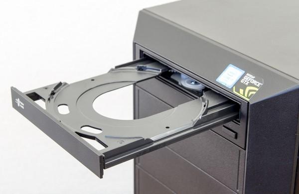 ドライブベイの最上段には、DVDスーパーマルチドライブを用意しています。光学ドライブはオプションでブルーレイディスクドライブに変更可能です