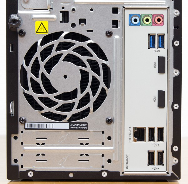 IOパネルにはUSB3.0端子×2、USB2.0端子×2、1000BASE-T対応有線LAN端子、オーディオ端子類など