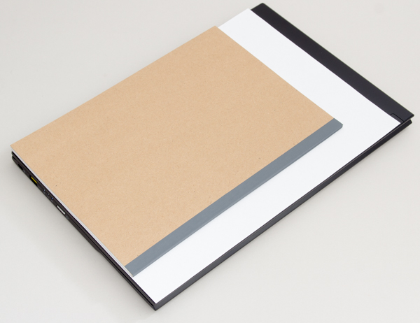 一般的な文書で使われるA4用紙と、普通の大学ノート(B5サイズ)との大きさの違い