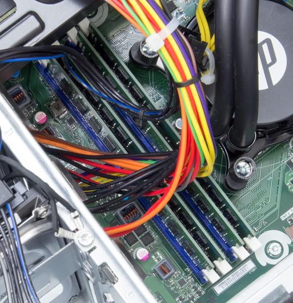 試用機では8GB×4枚の合計32GBが搭載されていました