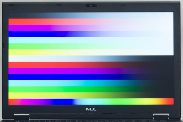 映像の色合いは自然に近い印象。写真からではわかりづらいのですが、実際にはやや黄色がかっているようにも見えました
