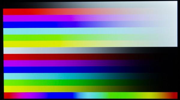 液晶ディスプレイの色合いは青みがかることなく自然です