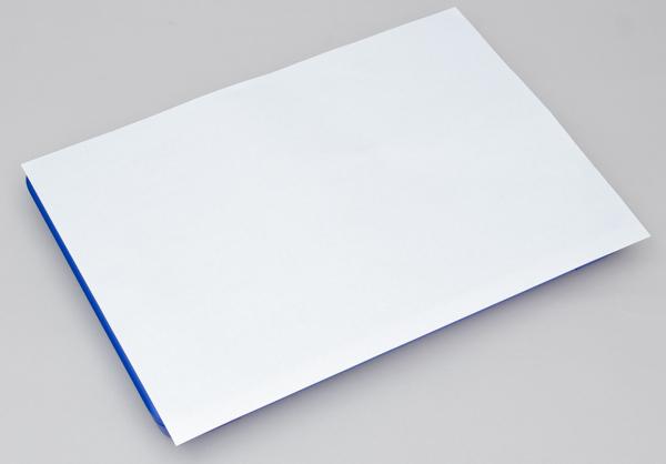 書類でよく使われるA4用紙の下にスッポリと隠れます