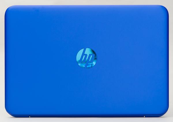 HP Stream 11-r000のトップカバー。中央のロゴがブルーのシルバーになっています